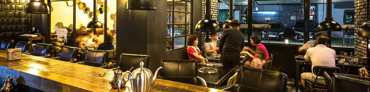 위례맛집 데블스램에서 일하는 직원들 사진